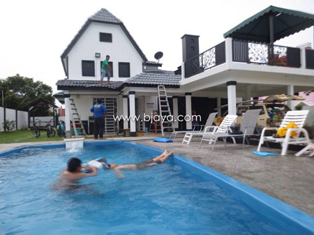 A Famosa Bungalow with Pool